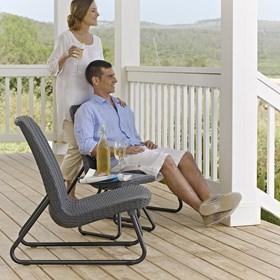 Conjunto de Mesinha e Cadeiras Emilia em Resina